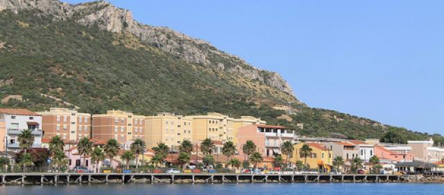 Vue sur le port et les falaises